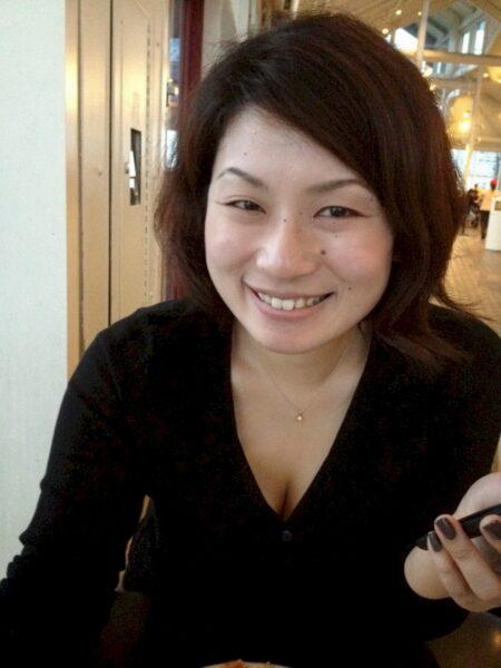 Femme asiatique seule qui a une grosse envie