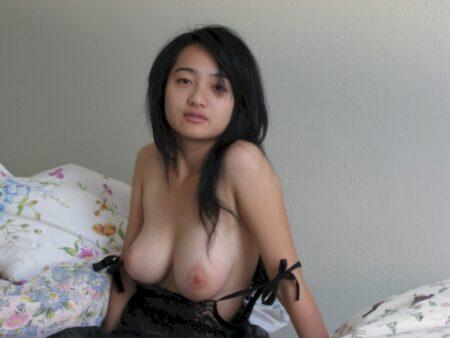 Femme libertine asiatique domina pour amant qui aime la soumission